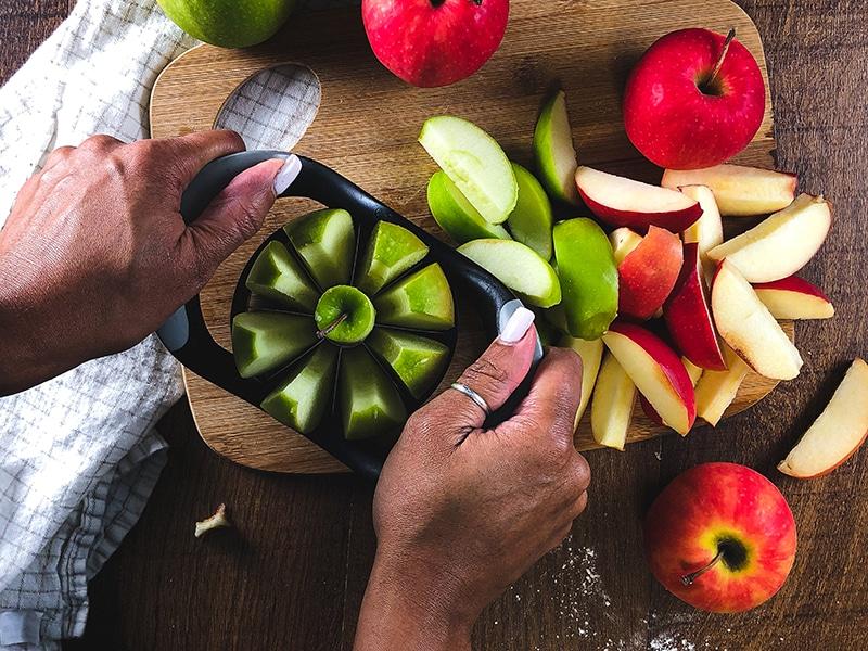 slicing apples for apple butter