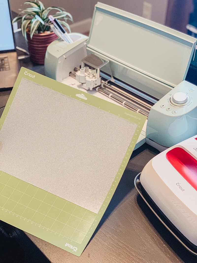 the right way to place the vinyl on the cricut mat face down